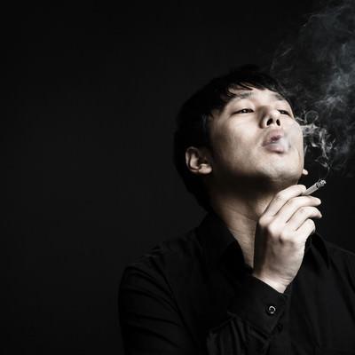 「マナーの悪い喫煙者」の写真素材
