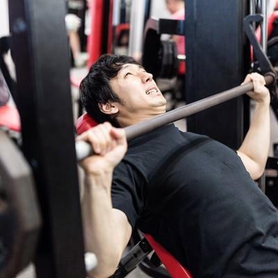 「バーベルインクラインベンチプレスで大胸筋上部に刺激を与える胸板薄男(むないたうすお)」の写真素材