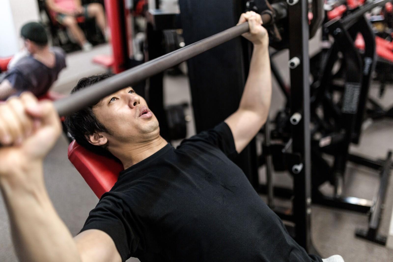 「バーベルを握る位置がわからないトレーニング初心者」の写真[モデル:大川竜弥]