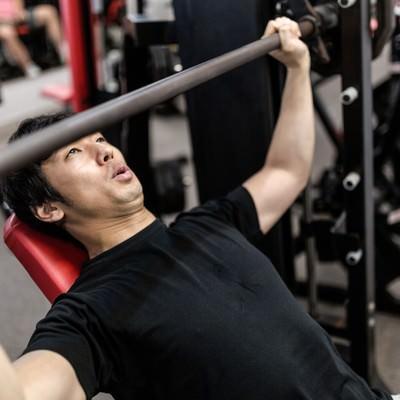 「バーベルを握る位置がわからないトレーニング初心者」の写真素材