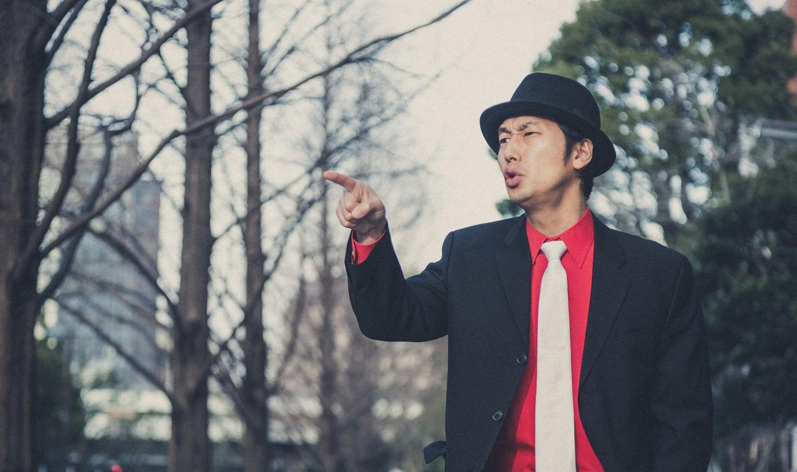 「道案内をする強面の男性」の写真[モデル:大川竜弥]