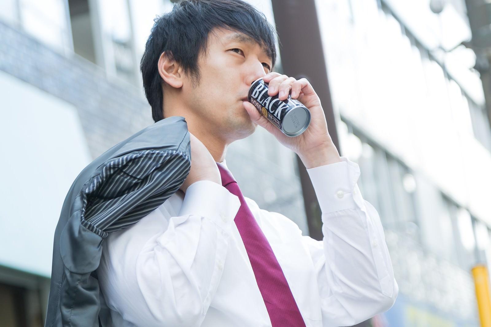 「糖分の摂取量を気にするプチメタボ」の写真[モデル:大川竜弥]