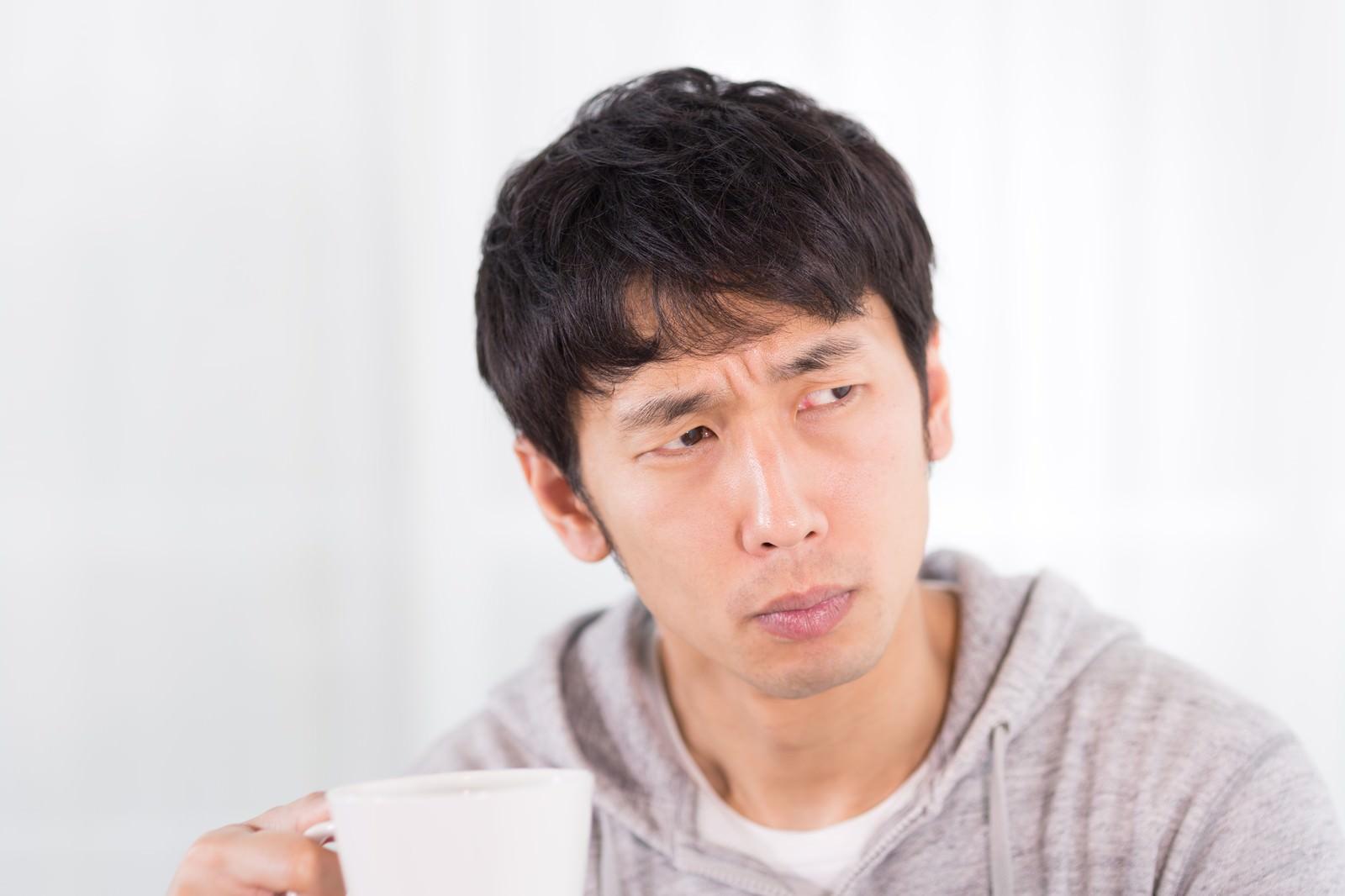 「慎重にテイスティングをするコーヒーマイスター」の写真[モデル:大川竜弥]