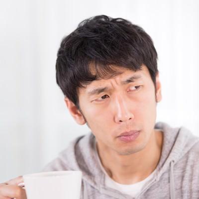 「慎重にテイスティングをするコーヒーマイスター」の写真素材