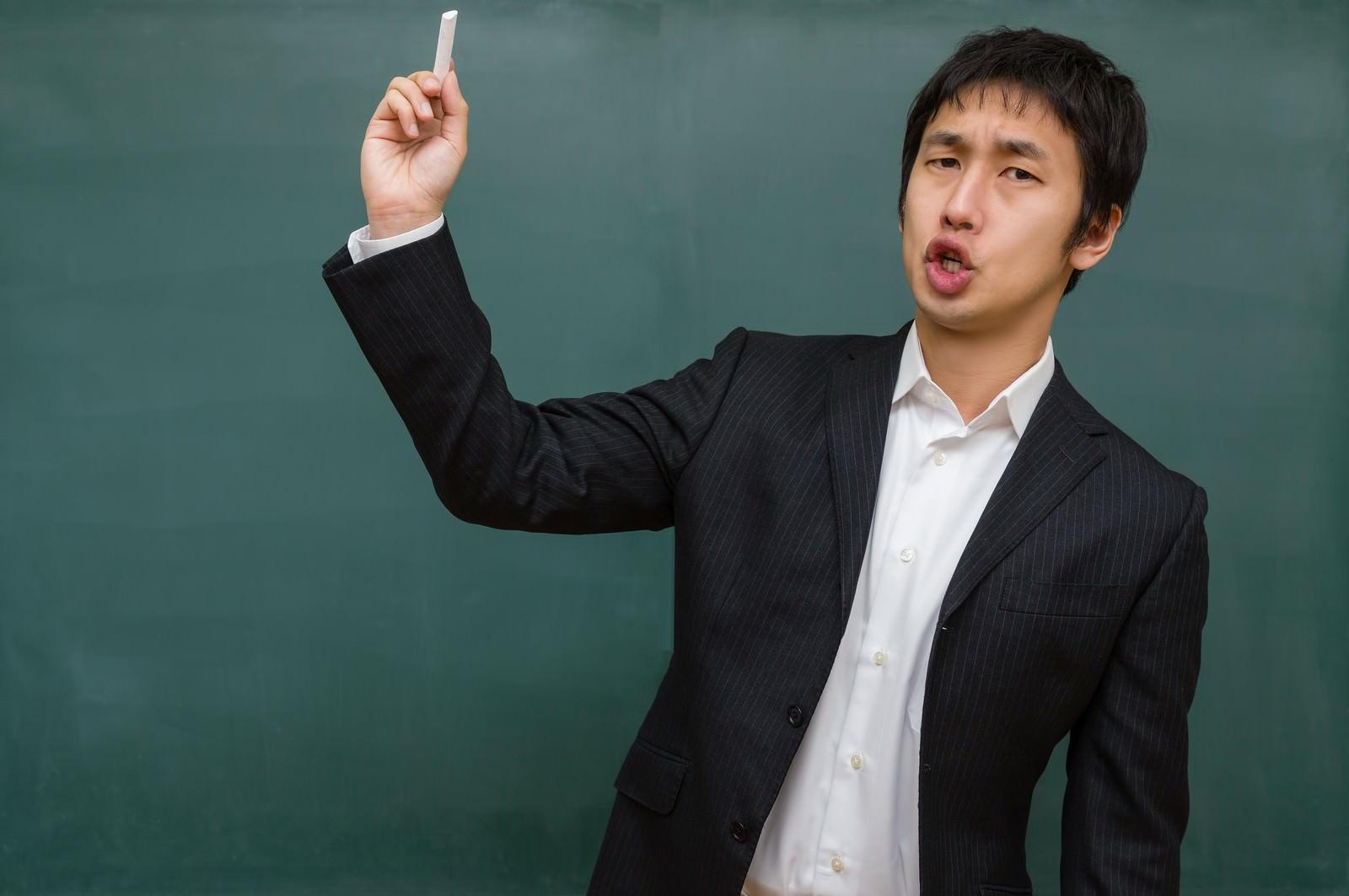 「チョークを投げつける先生(学級崩壊)」の写真[モデル:大川竜弥]