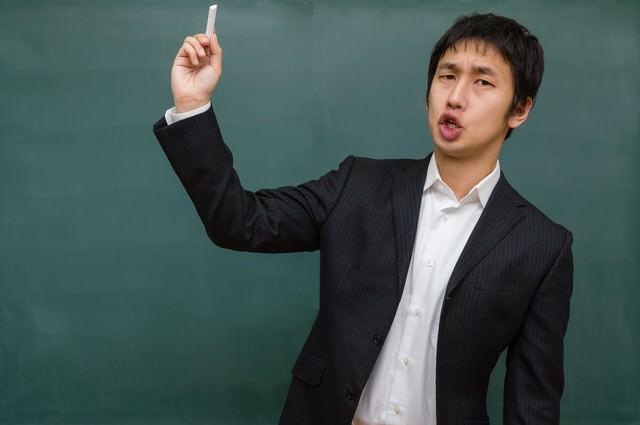 チョークを投げつける先生(学級崩壊)の写真
