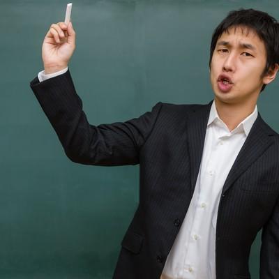 「チョークを投げつける先生(学級崩壊)」の写真素材