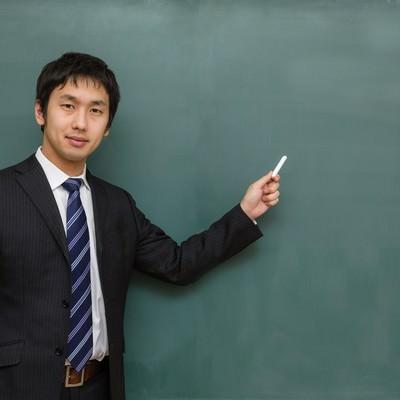 「「ここすごくテストに出るよ!」的に解説する塾の講師」の写真素材