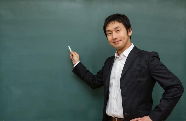 ニコニコしながら授業をする先生の写真