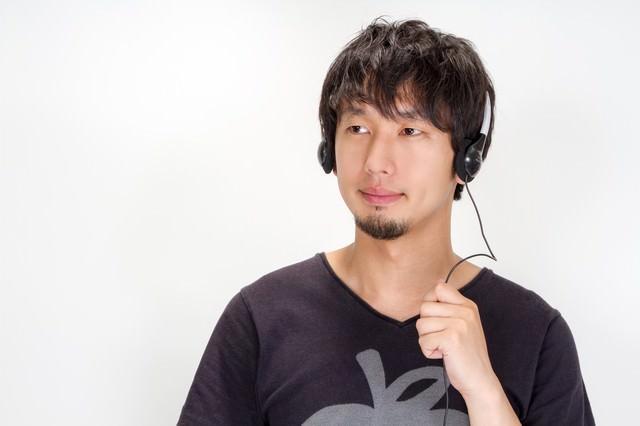 音楽を聞く男性の写真