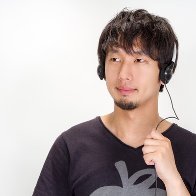 「音楽を聞く男性」の写真素材