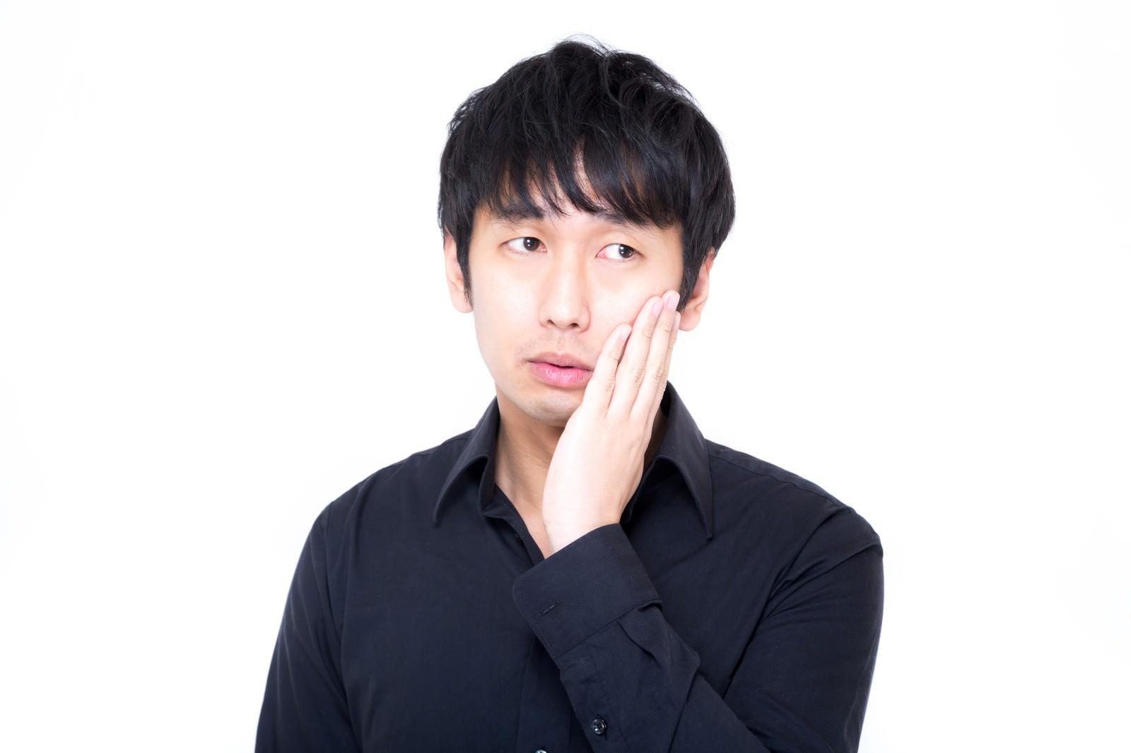 「視線を外し虫歯ポーズでキメるセミプロモデル」の写真[モデル:大川竜弥]