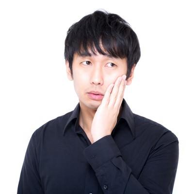 視線を外し虫歯ポーズでキメるセミプロモデルの写真