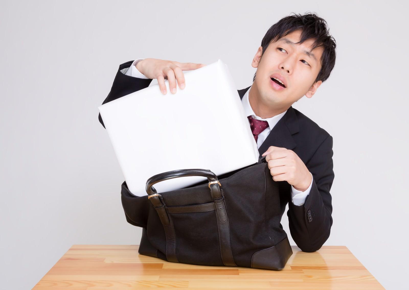 「札束に見立てた箱がかばんに入らない男性札束に見立てた箱がかばんに入らない男性」[モデル:大川竜弥]のフリー写真素材を拡大