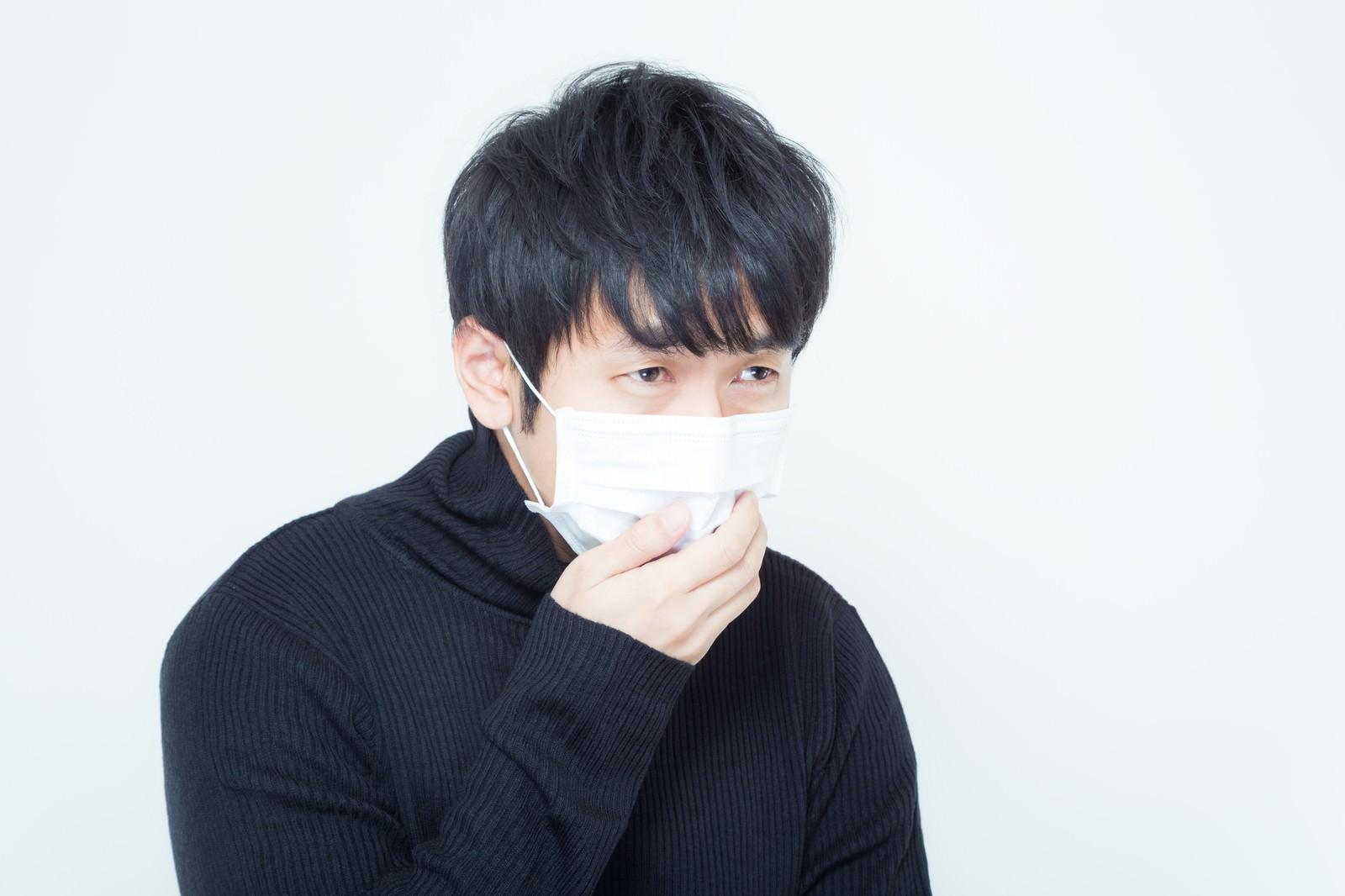 「剃り残した髭をマスクで隠す低血圧系男子」の写真[モデル:大川竜弥]