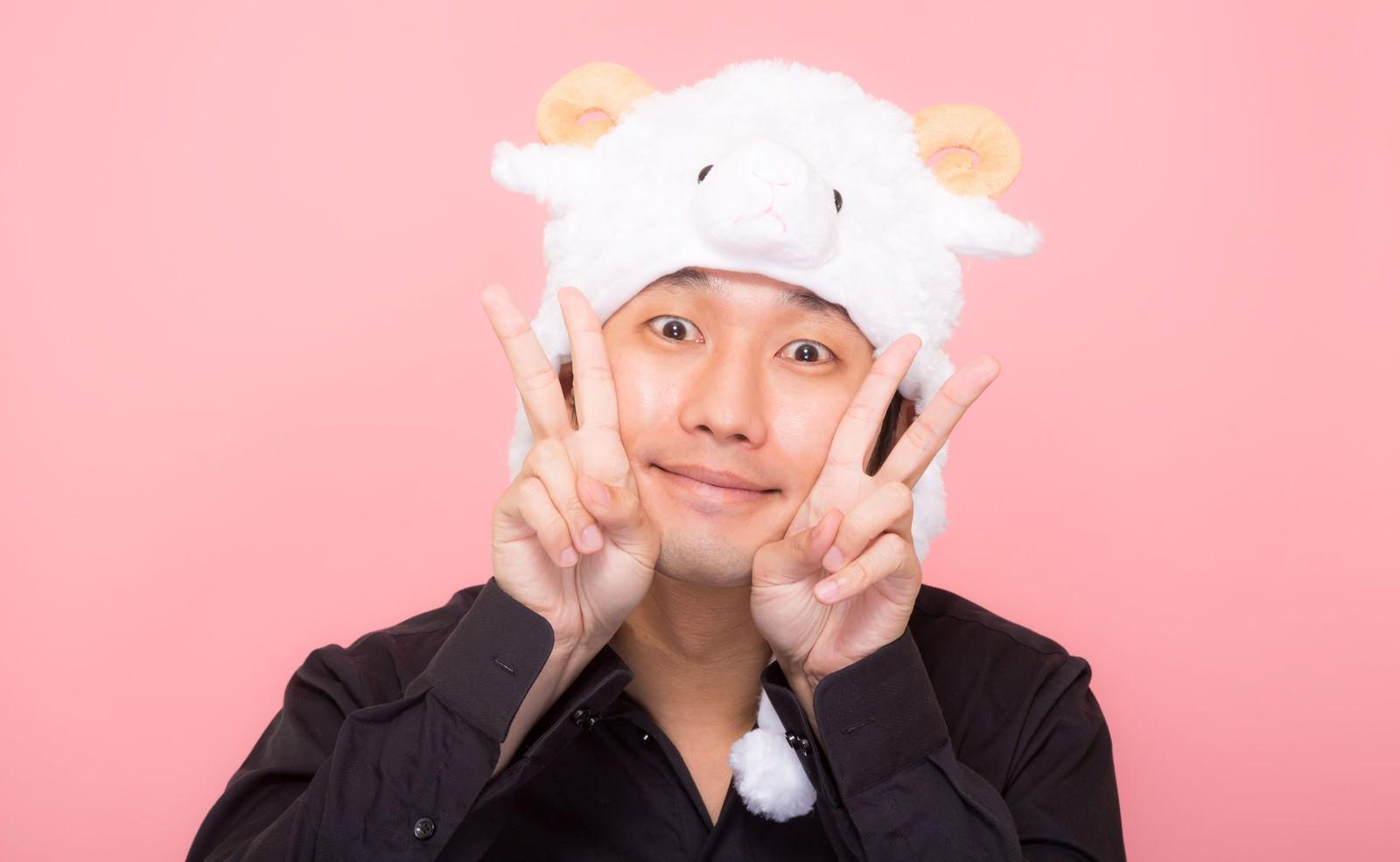 「新年を喜ぶ羊の帽子をかぶった男性」の写真[モデル:大川竜弥]