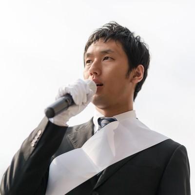 「街宣車の上から演説する立候補者」の写真素材