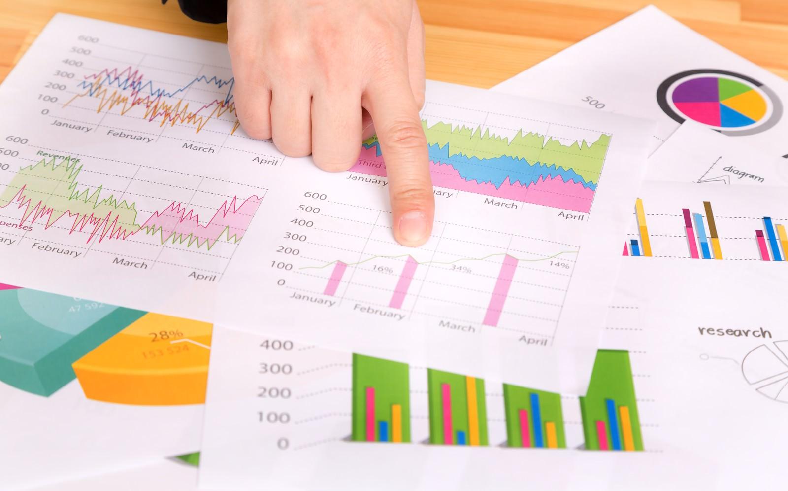 「グラフが書かれたプレゼン資料を指さすグラフが書かれたプレゼン資料を指さす」のフリー写真素材を拡大