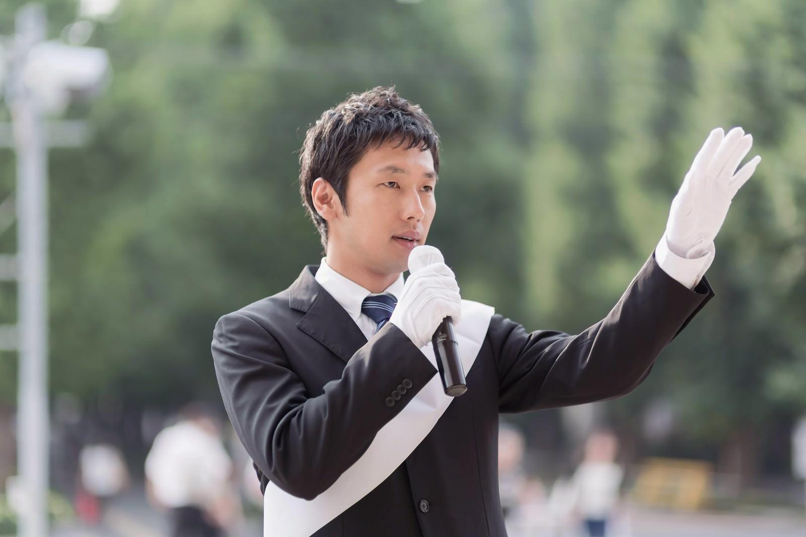 「タスキをかけて街頭演説をする男性」の写真[モデル:大川竜弥]