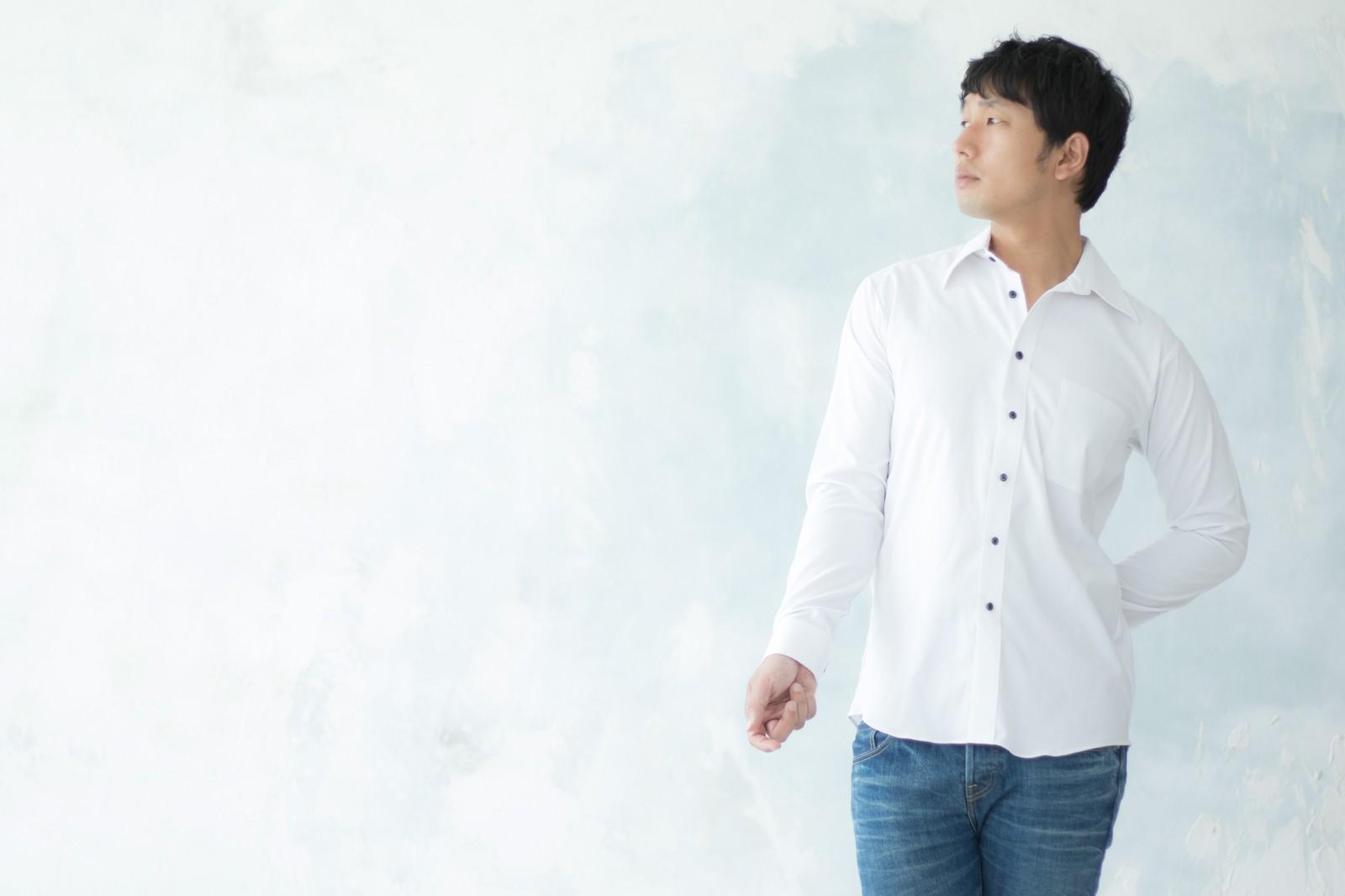 「合コンのマストアイテム白シャツで高感度アップを狙う男性」の写真[モデル:大川竜弥]