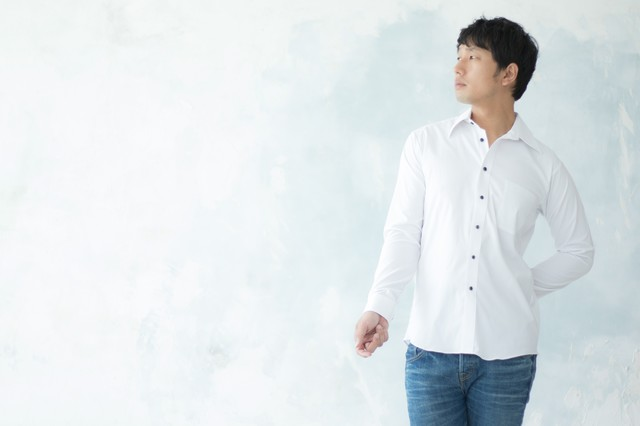 合コンのマストアイテム白シャツで高感度アップを狙う男性の写真