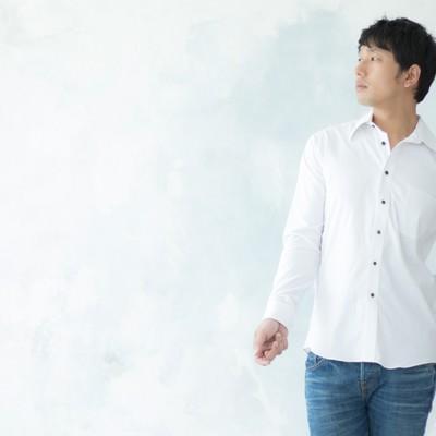 「合コンのマストアイテム白シャツで高感度アップを狙う男性」の写真素材