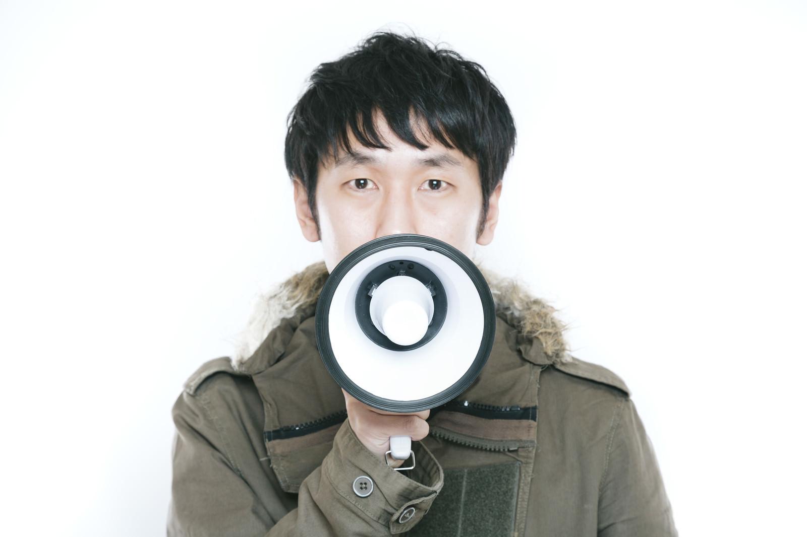 「マイクの代わりに拡声器を使うボーカルマイクの代わりに拡声器を使うボーカル」[モデル:大川竜弥]のフリー写真素材を拡大