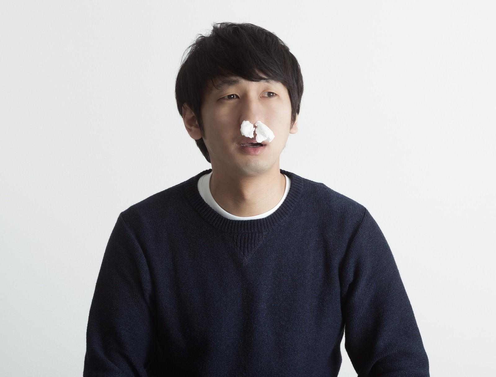「鼻にティッシュを詰めて興奮を抑える動画サイトユーザー」の写真[モデル:大川竜弥]