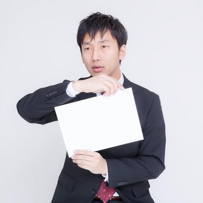 「白いボードを提示する五輪を東京に招致したい男性」の写真素材