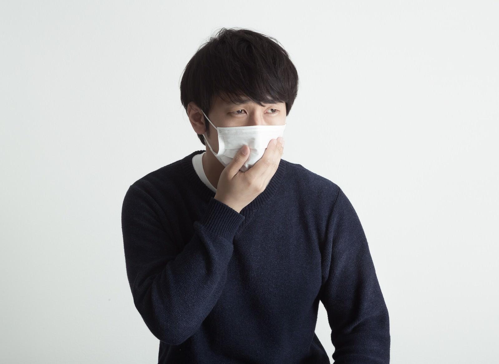 「病院の待合室で苦しそうな顔をするクランケ」の写真[モデル:大川竜弥]