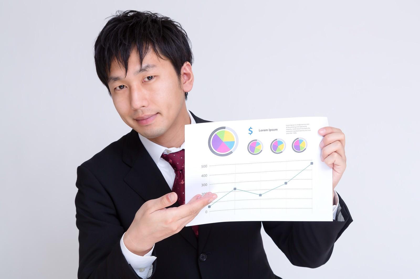 「グラフのペラでプランを提案するサラリーマン」の写真[モデル:大川竜弥]