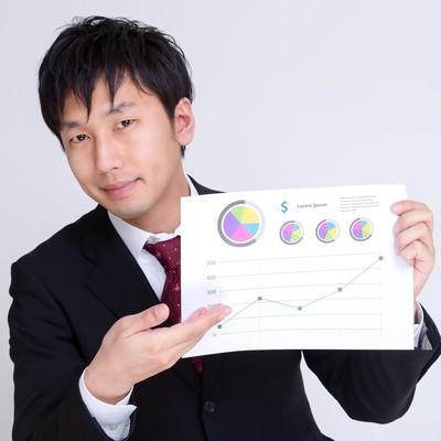 「グラフのペラでプランを提案するサラリーマン」の写真素材