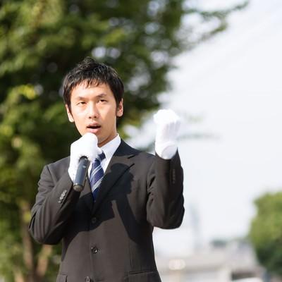 街頭演説をする若者の写真