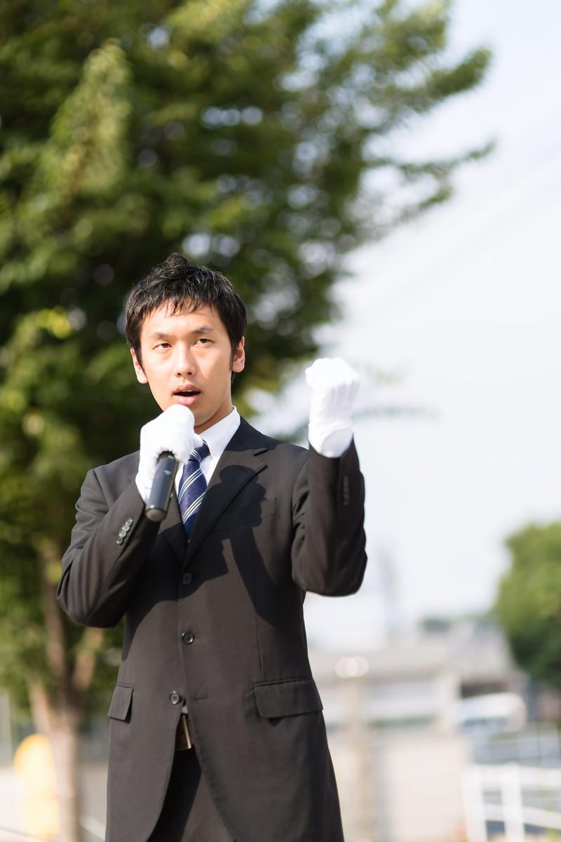 「街頭演説をする若者」の写真[モデル:大川竜弥]