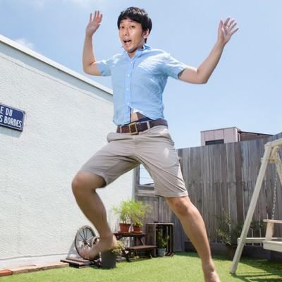 「夏休みに浮かれる男性」の写真素材