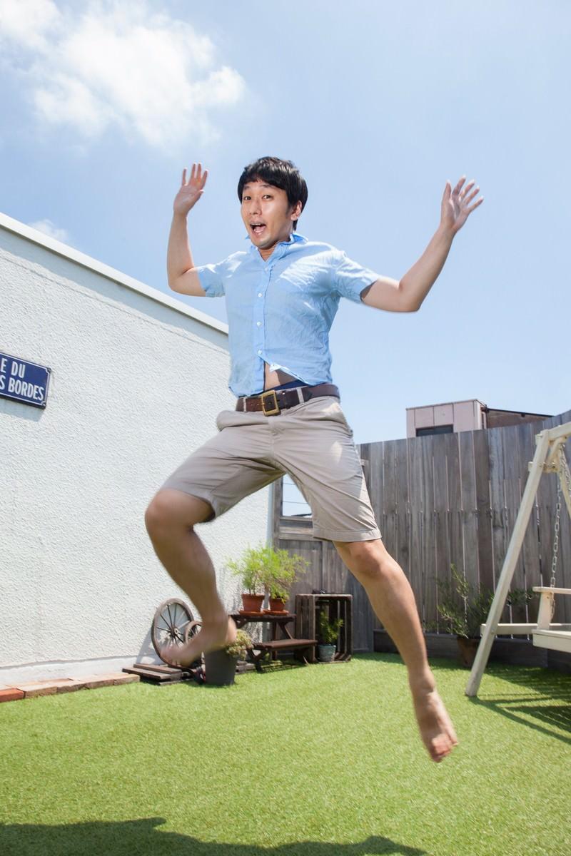「夏休みに浮かれる男性」の写真[モデル:大川竜弥]