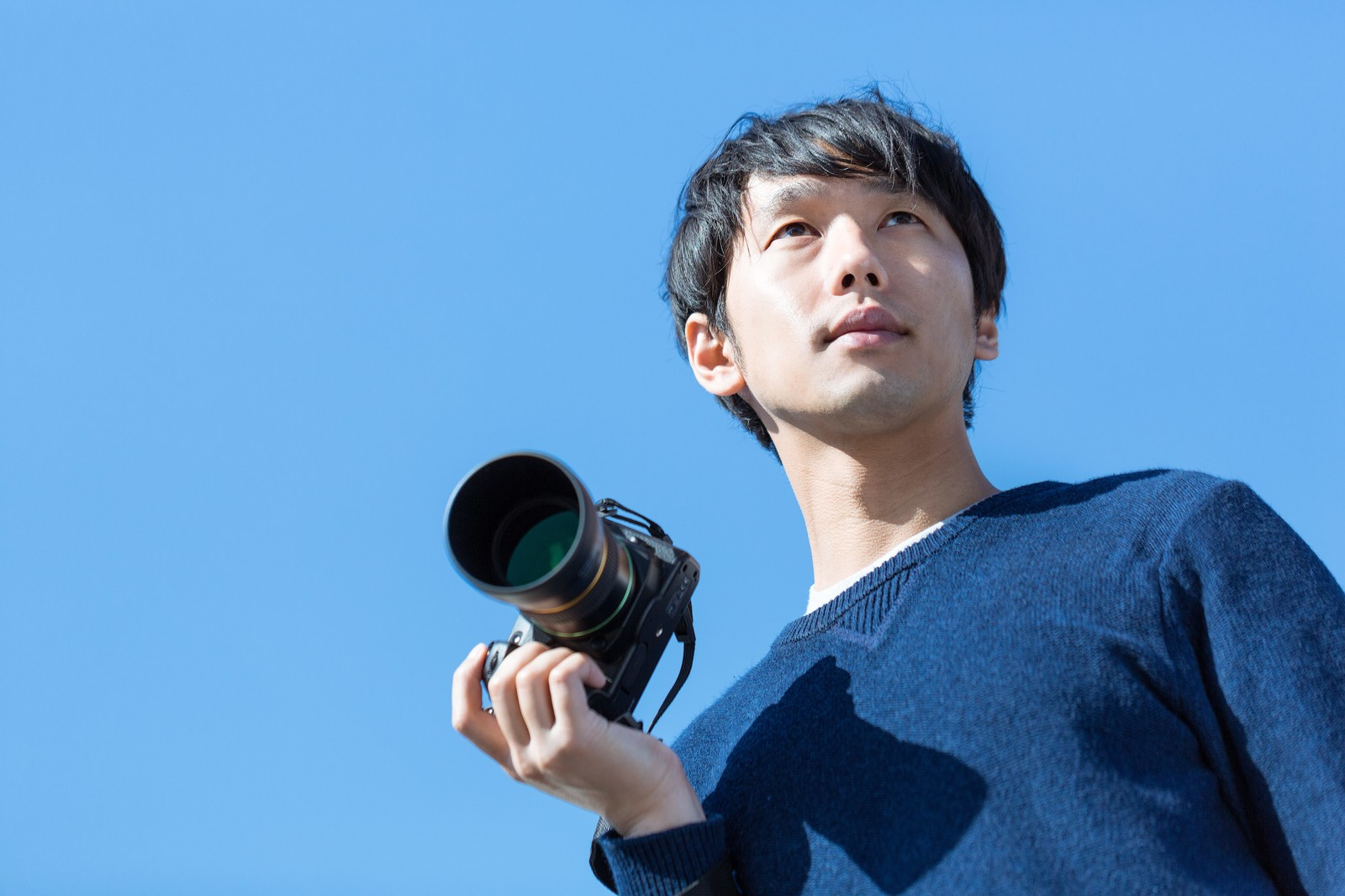 「お気に入りのカメラで外に出かけるカメラ男子」の写真[モデル:大川竜弥]