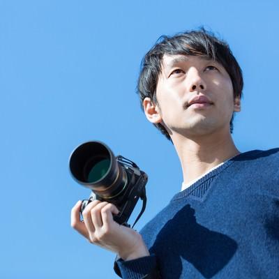お気に入りのカメラで外に出かけるカメラ男子の写真