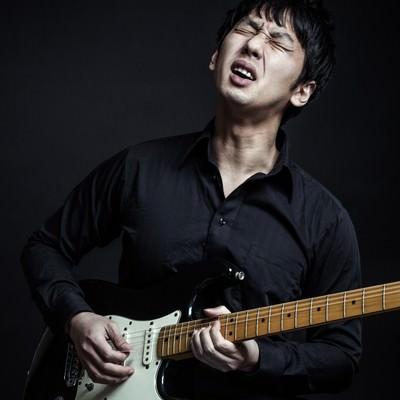「顔でチョーキングするブルースギタリスト」の写真素材