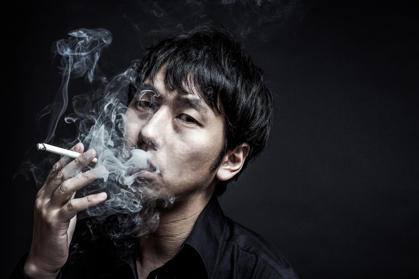 「隠れ家で待ち構えるマフィアのボス隠れ家で待ち構えるマフィアのボス」[モデル:大川竜弥]のフリー写真素材を拡大