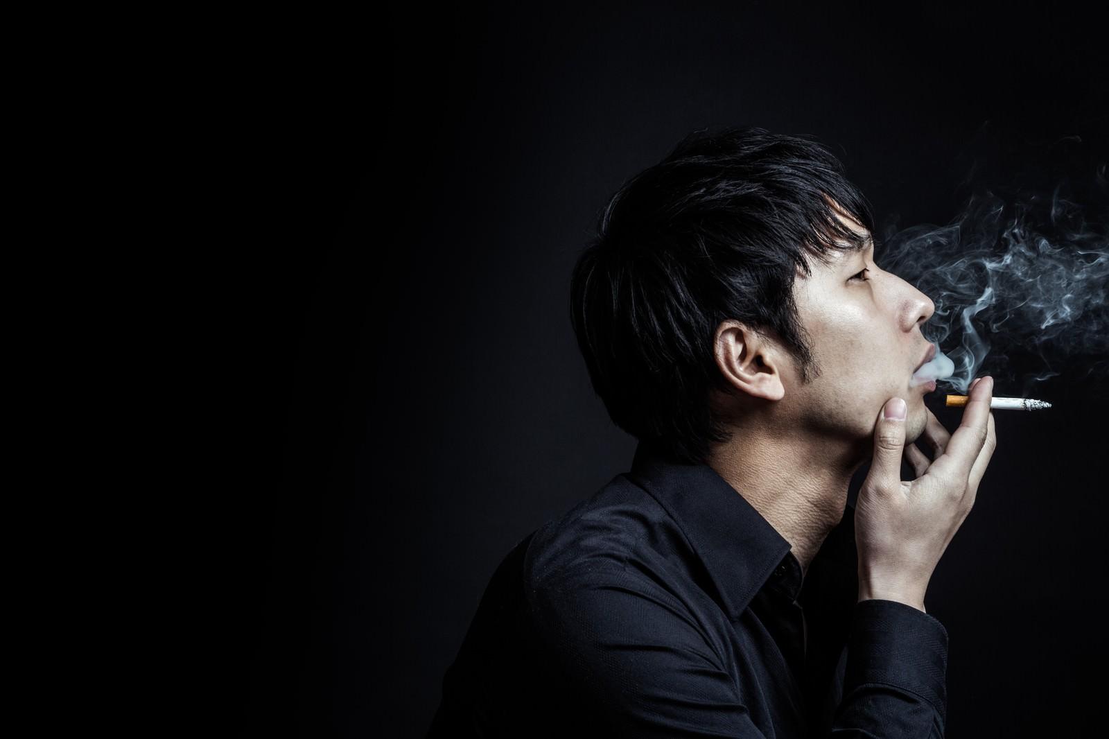 「煙たい男性」の写真[モデル:大川竜弥]