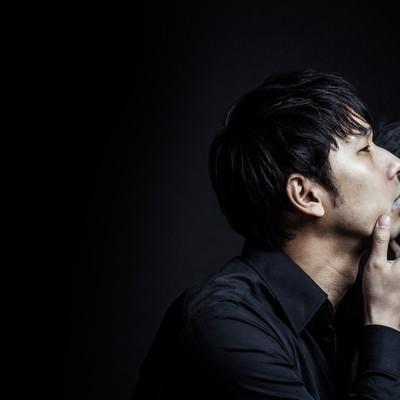 「煙たい男性」の写真素材
