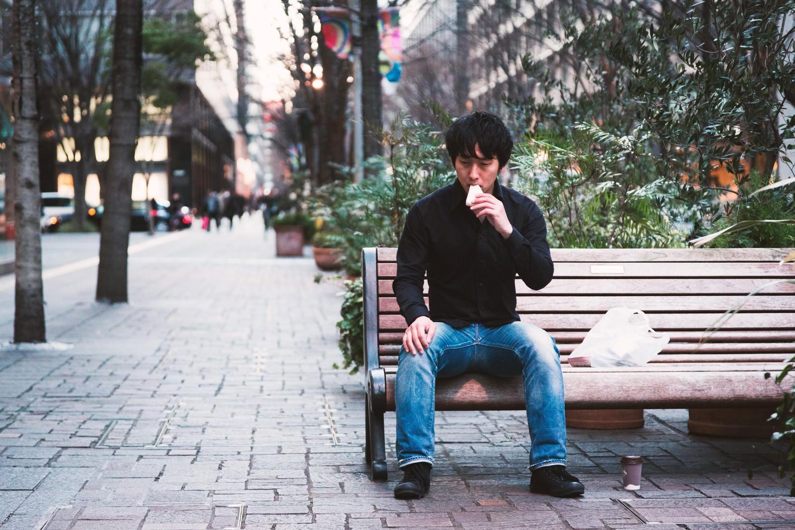 「鳩にパンをあげる心優しい青年」の写真[モデル:大川竜弥]