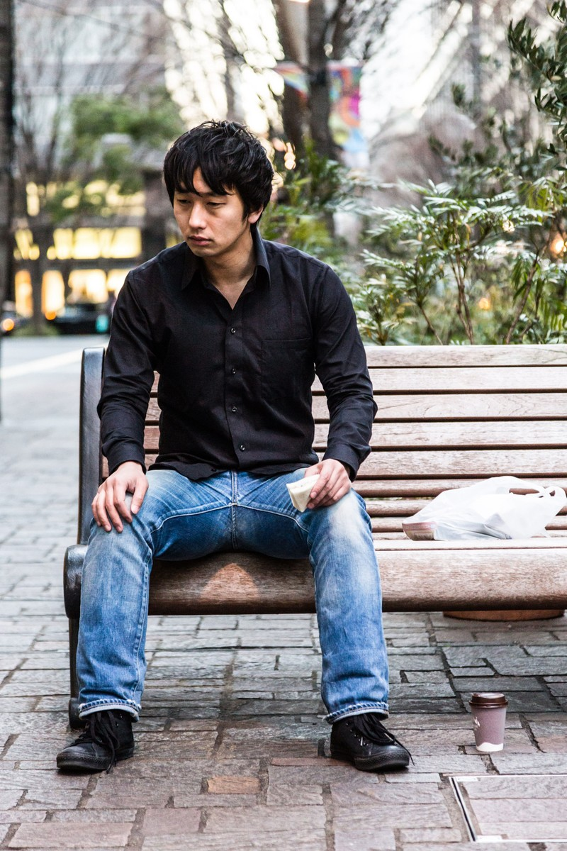 「今日もランチはホットコーヒーとサンドウィッチ」の写真[モデル:大川竜弥]
