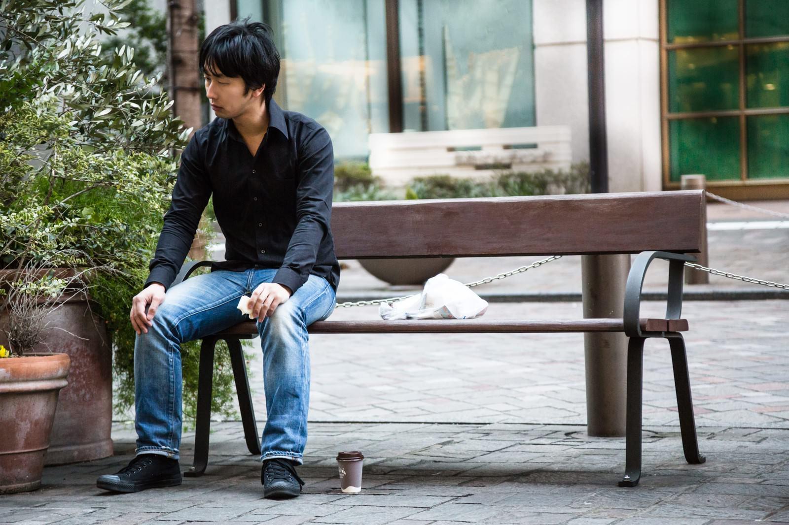 「ベンチでぼっち飯をする映画俳優」の写真[モデル:大川竜弥]