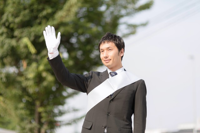 「ご声援ありがとうございます!」と手を振る立候補者の写真