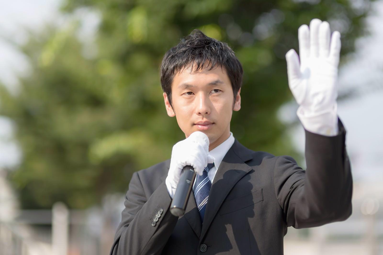 「手を振りクリーンなイメージをPRする若い政治家手を振りクリーンなイメージをPRする若い政治家」[モデル:大川竜弥]のフリー写真素材を拡大