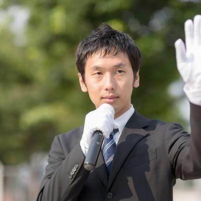 「手を振りクリーンなイメージをPRする若い政治家」の写真素材