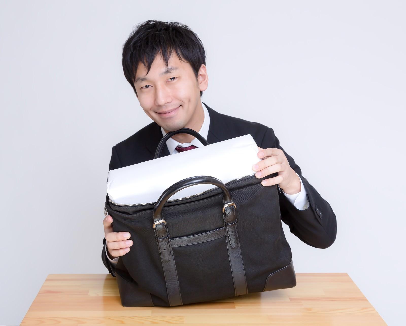 「ほら、かばんに入ったでしょ。」の写真[モデル:大川竜弥]