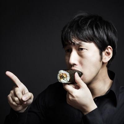 「今年の方角を確認しながら恵方巻を頬張る福男」の写真素材